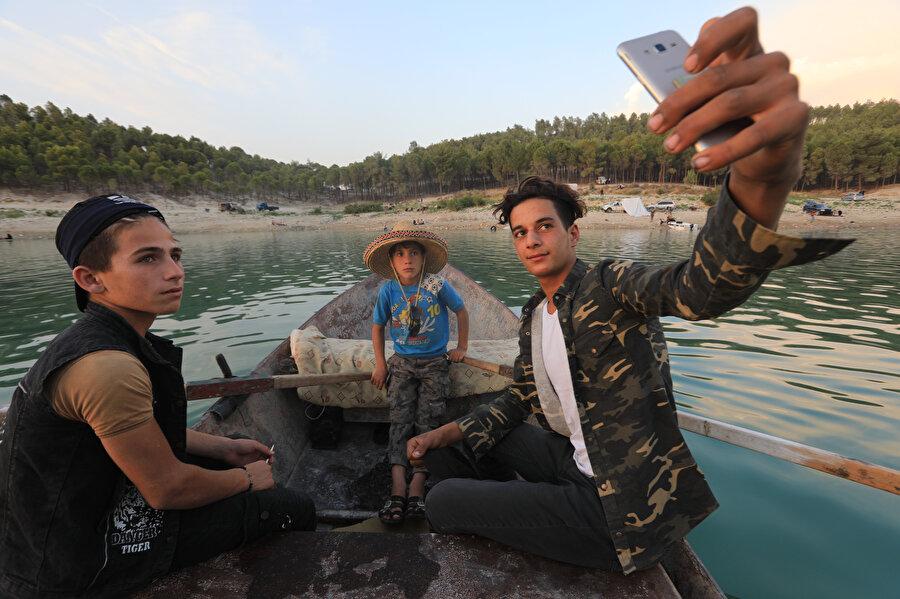Malik, sabahtan akşama kadar kazandığı yaklaşık 3000 Suriye lirasıyla (yaklaşık 11 TL), eşini ve çocuklarını kaybettiği için ruhsal rahatsızlık yaşayan babasına destek oluyor.