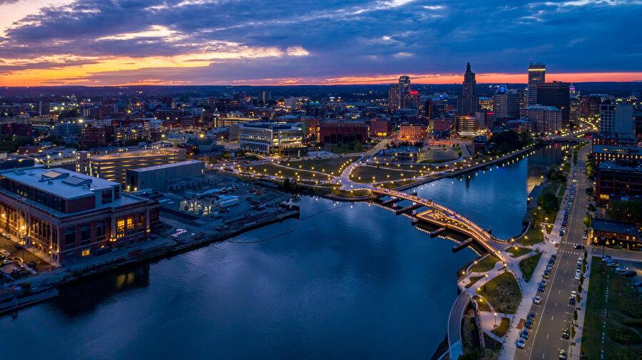 Şehrin doğu ve batı arasındaki akışkan hareketi köprü ile sağlanıyor.