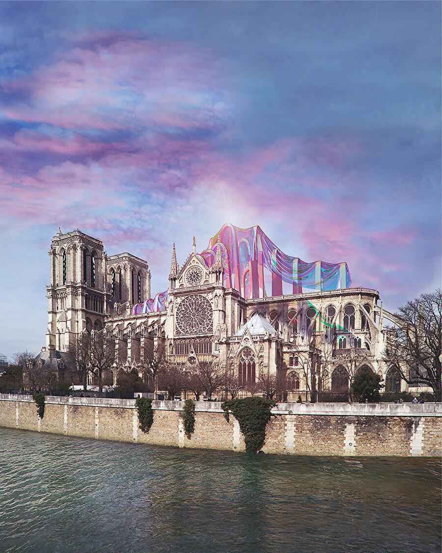 Notre-Dame de Paris için geçici bir kurulum. Fransız bayrağı