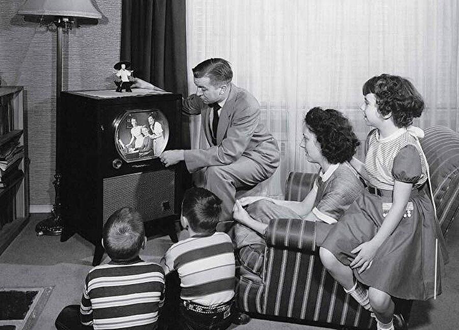 İlk televizyon görüntüsü ise yine Baird tarafından 1926 yılında yayınlanmıştır.
