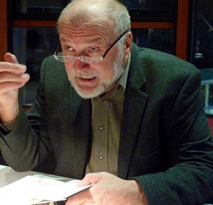 Yüksek tahsilini Saraybosna Üniversitesi Felsefe Fakültesi'nde yaptı.
