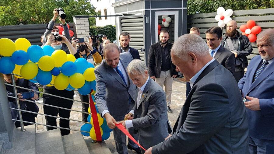 Kırım Tatar halkının lideri Mustafa Abdülcemil Kırımoğlu merkezin açılmasında yardımı geçenlere teşekkür etti.
