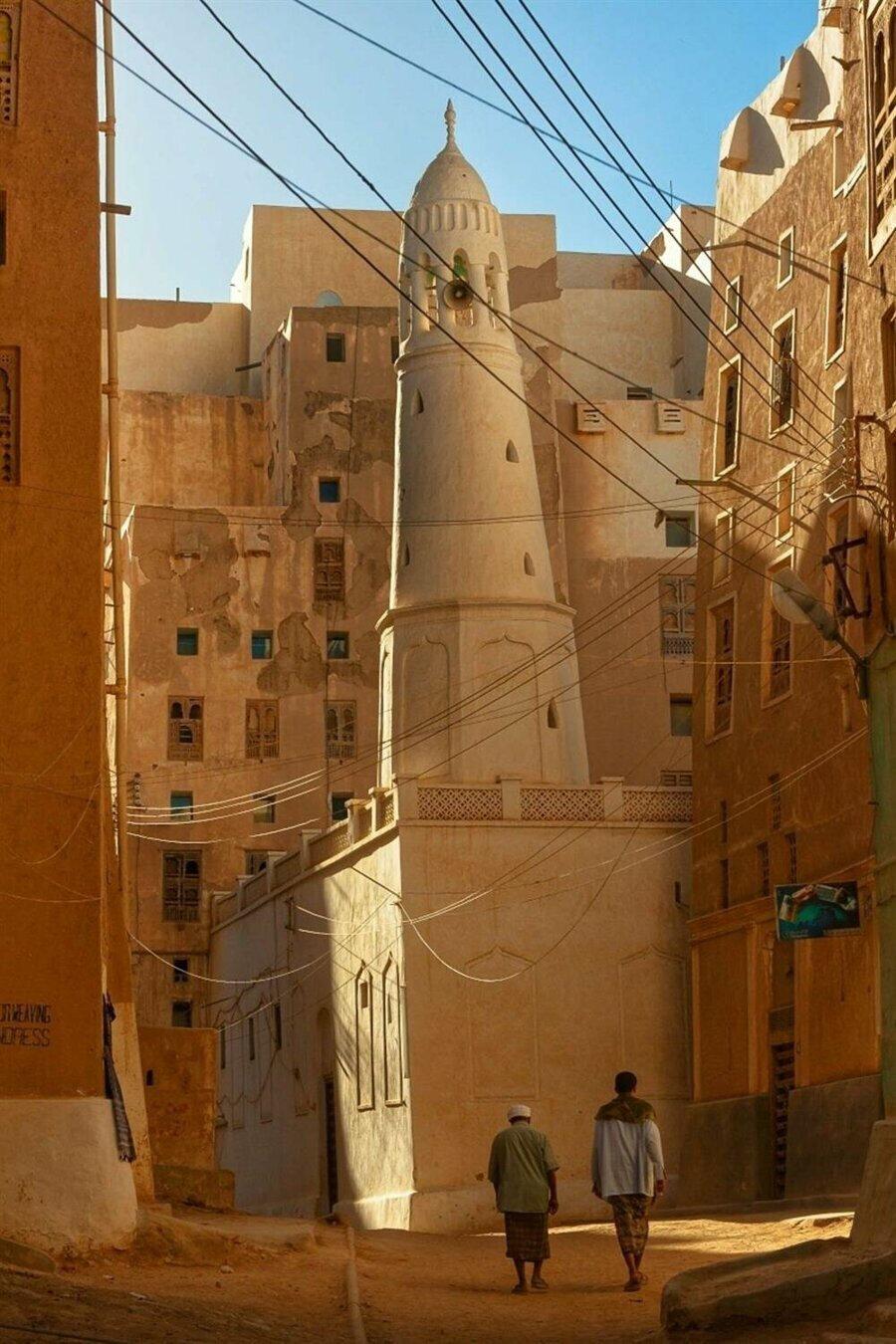 Kentin meydanında kalan Maruf Jamal Camii, tüm o yüksek binaların yanında bir cüce gibi kalmaktadır.