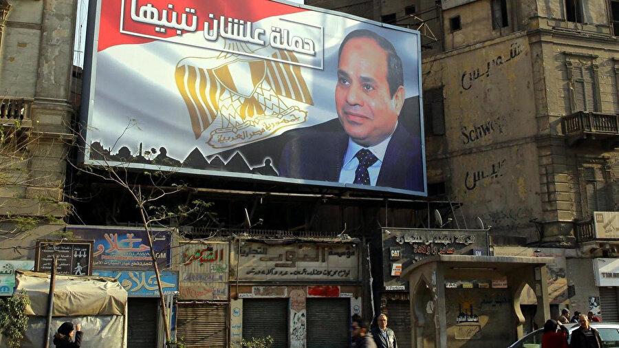 Seçimler öncesi Mısır'ın dört bir yanına asılan Sisi posterleri.