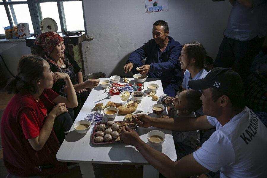 Daha önce doğum kontrolüne zorlanan Sincan sakinlerinden Gülnar Omirzakh, ( soldan ikinci) 3.çocuğunun doğumdan sonra 2'den fazla çocuğu olduğu için para cezası almış ve cezayı ödememesi durumunda kampa gönderilmekle tehdit edilmiş. Omirzakh, bu durumdan kurtulmak için Kazakistan'a kaçmış.
