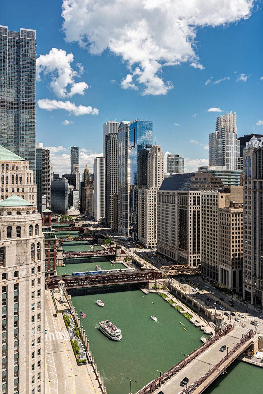Şehrin ekolojik, rekreasyonel ve ekonomik yararı için Chicago Nehri'ni geri kazanmaya yönelik iddialı bir girişimin son aşamaları olan Chicago Riverwalk projesi, birlik ve çeşitlilik sunuyor.