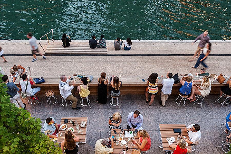 Marina Plaza'da yer alan zarif detaylara sahip ve özel yüksek sırtlı tik banklar, nehirde oturup hayatı izlemek ve yeni Riverwalk yürüyüş yolunda dramatik bir kenar oluşturmak için harika bir yer sağlıyor.