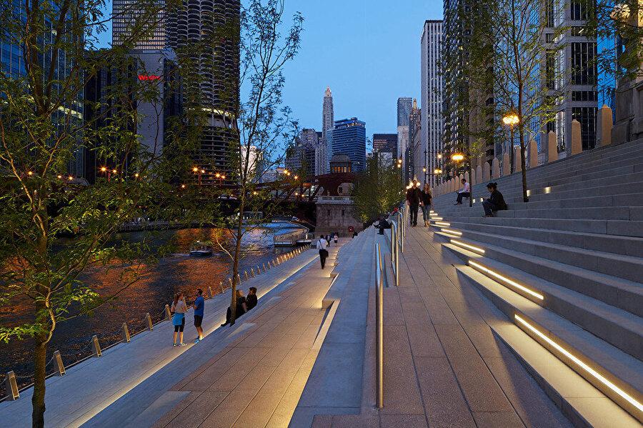 River Theatre, Chicago'nun sokak kotunu yumuşak ve dinamik bir şekilde nehre doğru kıvırarak bağlıyor.