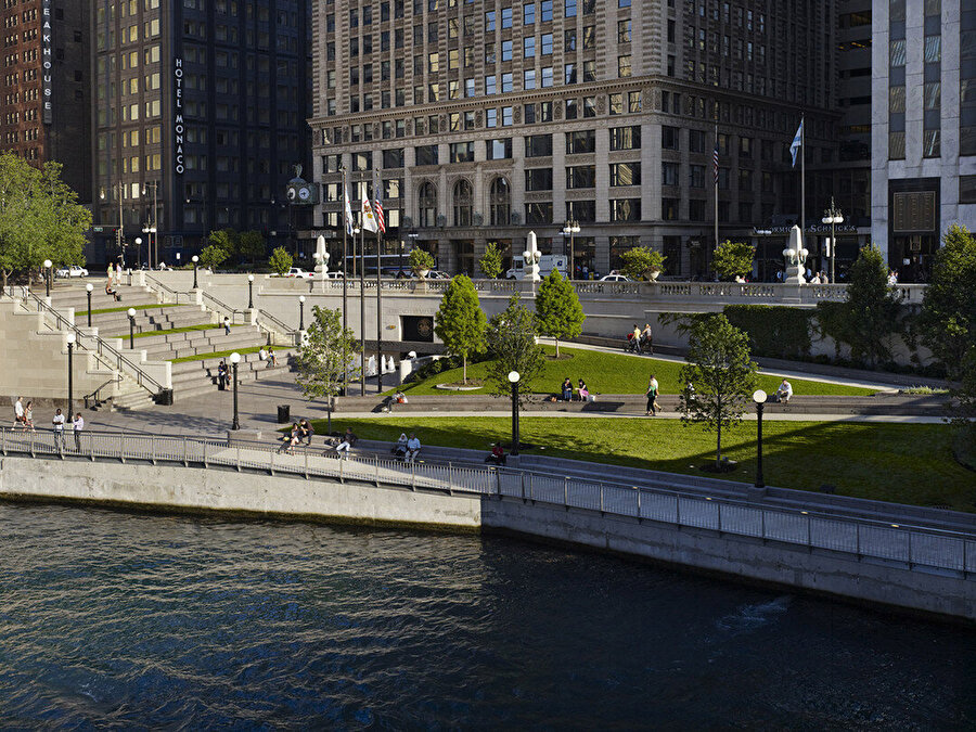 Riverwalk, suya doğrudan erişim sağlayarak yaya ve tekneyle gelenleri ağırlıyor ve şehir hayatı ile nehirdeki yaşamın kaynaşmasını sağlıyor.