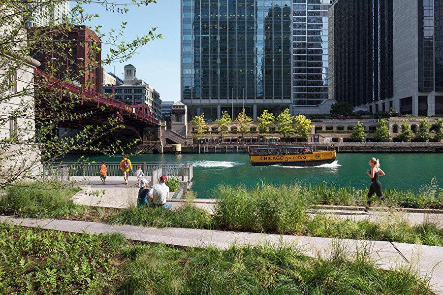 Riverwalk, nehir boyunca keyifli bir peyzaj manzarası sunuyor.