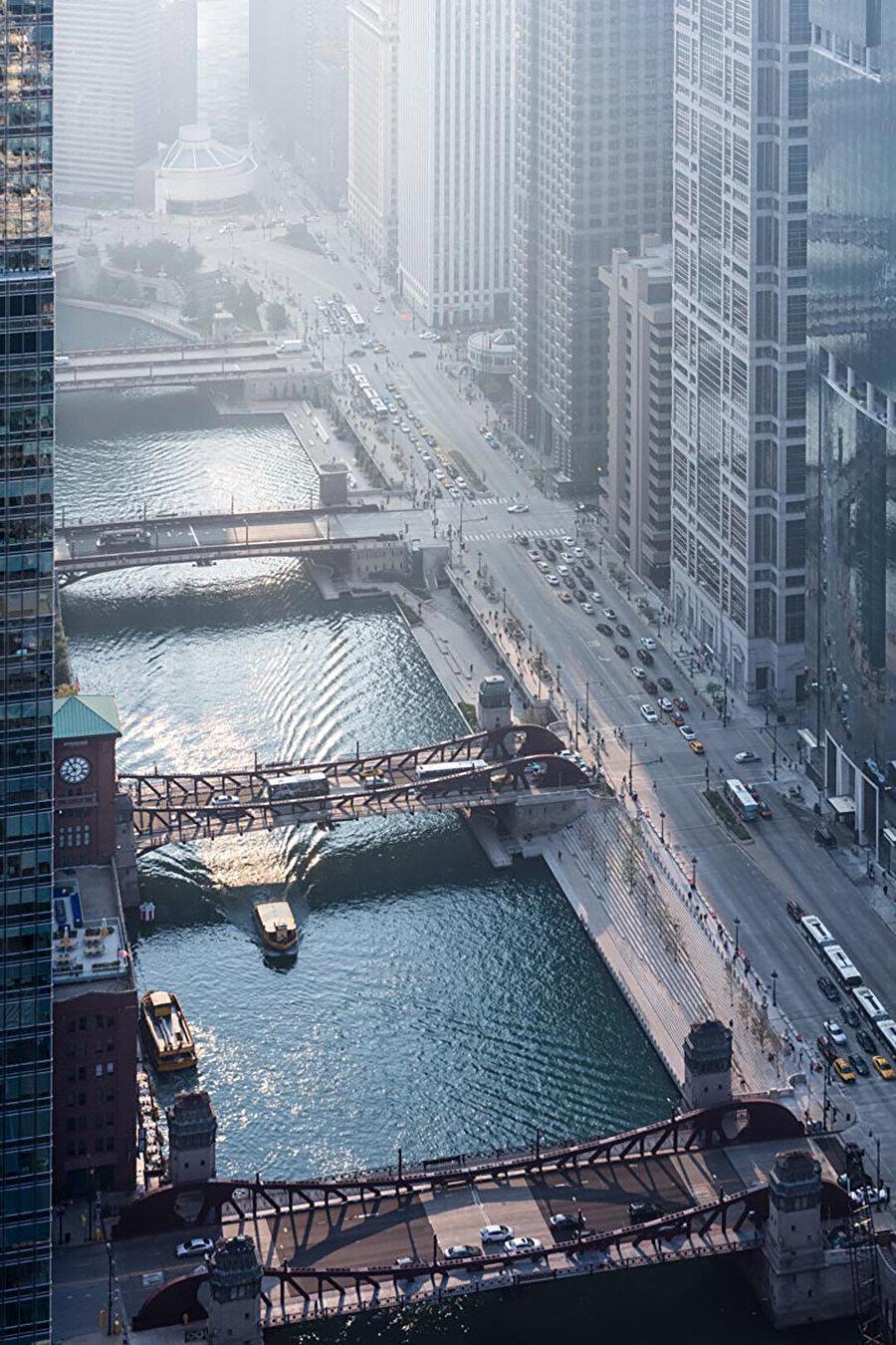 Riverwalk, Chicago Nehri boyunca toplamda 800 metrelik yeni kentsel bir alan sunuyor.