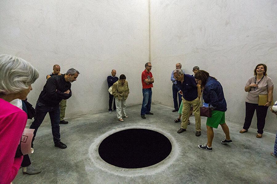 Descent into Limbo, (1992) küp bina içinde yerde karanlık bir delik.