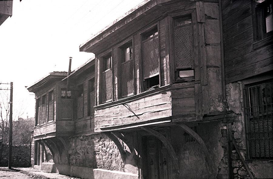 Cumbadaki pencereleri ahşap kafeslerle örtülmüş bir konak.