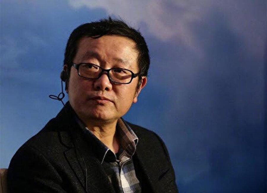 Çin'in Uygur Türklerine yönelik ihlallerini savunan Çinli yazar Liu Cixin.