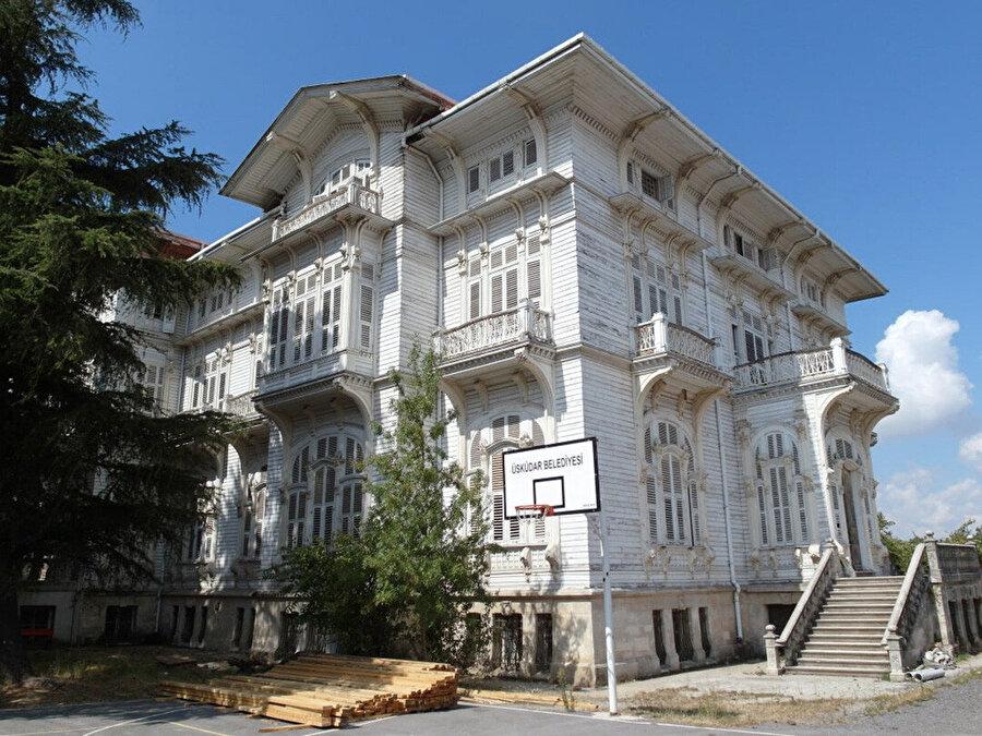 Çamlıca Kız Lisesi binası, Kemaleddin Bey'in erken döneminden ayakta kalan nadir yapılardan olmakla birlikte son ahşap projesidir.