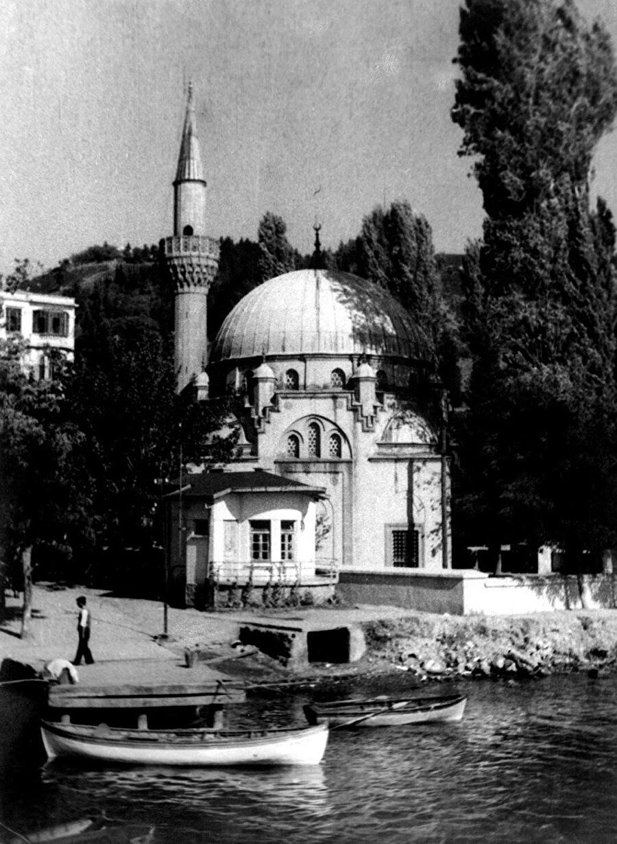 Bebek Camii, öncesinde Nevşehirli Damat İbrahim Paşa tarafından yaptırılan caminin yerine inşa edilmiş.