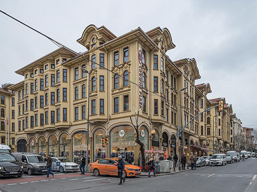 Tayyare Apartmanları veya ilk ismiyle Harikzedegân Apartmanları.