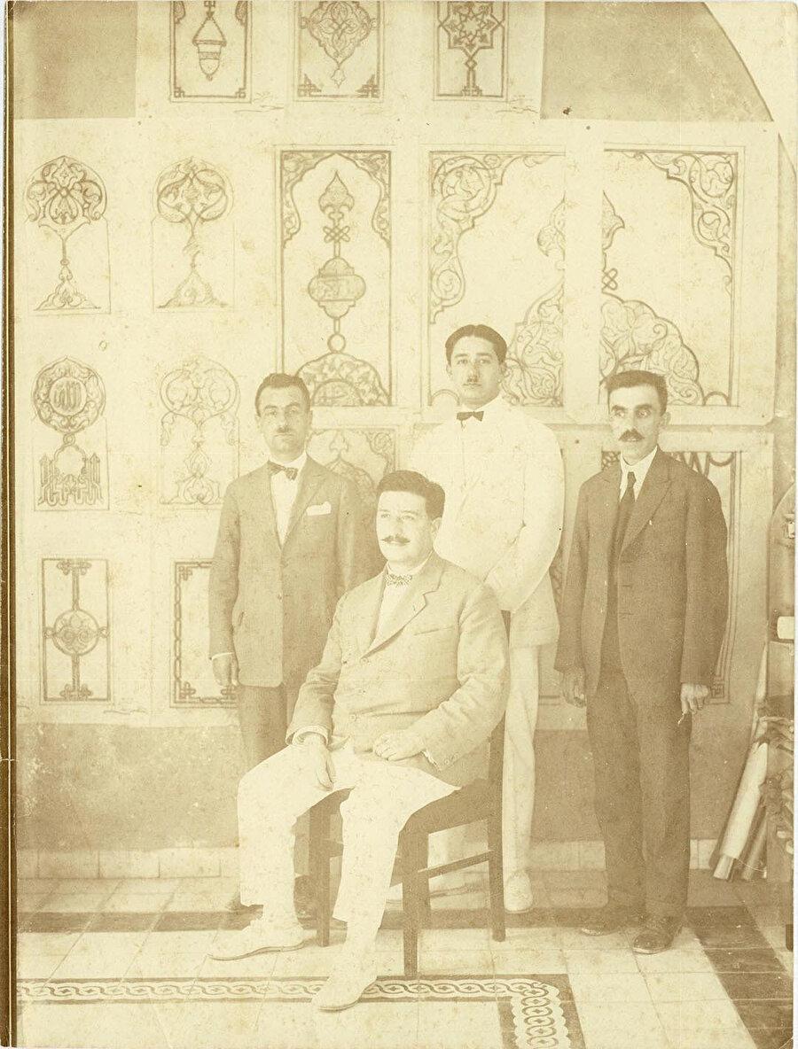 Kudüs'te bir yapıya ait süsleme çizimlerinin önünde Cemal Bey, Hüsnü Bey, Mehmet Nihat Nigizberk ve Mimar Kemaleddin Bey.