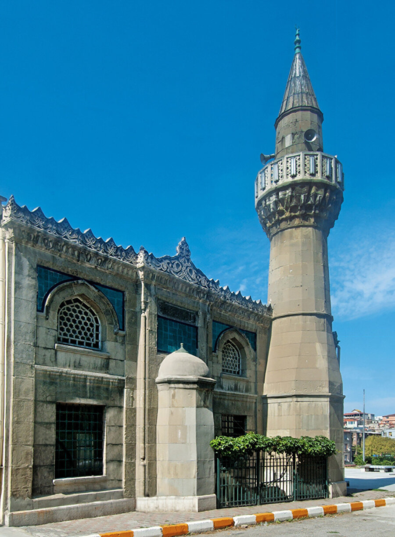 Kamer Hatun Camii, Yavuz Sultan Selim tarafından süt annesi Kamer Hatun adına 1514'te yaptırılan orjinal cami harap olunca yeniden inşa edilmiş.