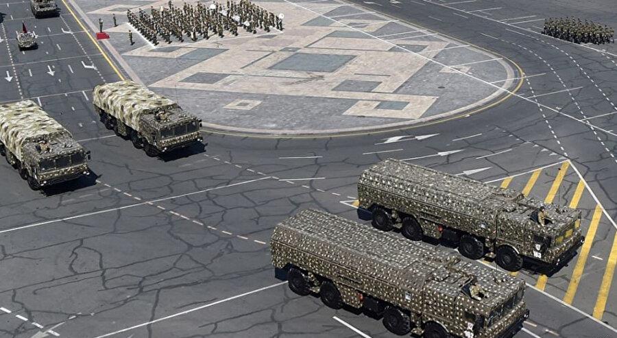 Rusya'dan gelen silahlarla geçit töreni yapan Ermeni askerleri.