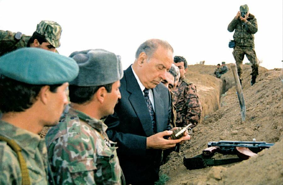 Haydar Aliyev Azerbaycan-Ermenistan sınırındaki cephe bölgesinde teftişte bulunurken.