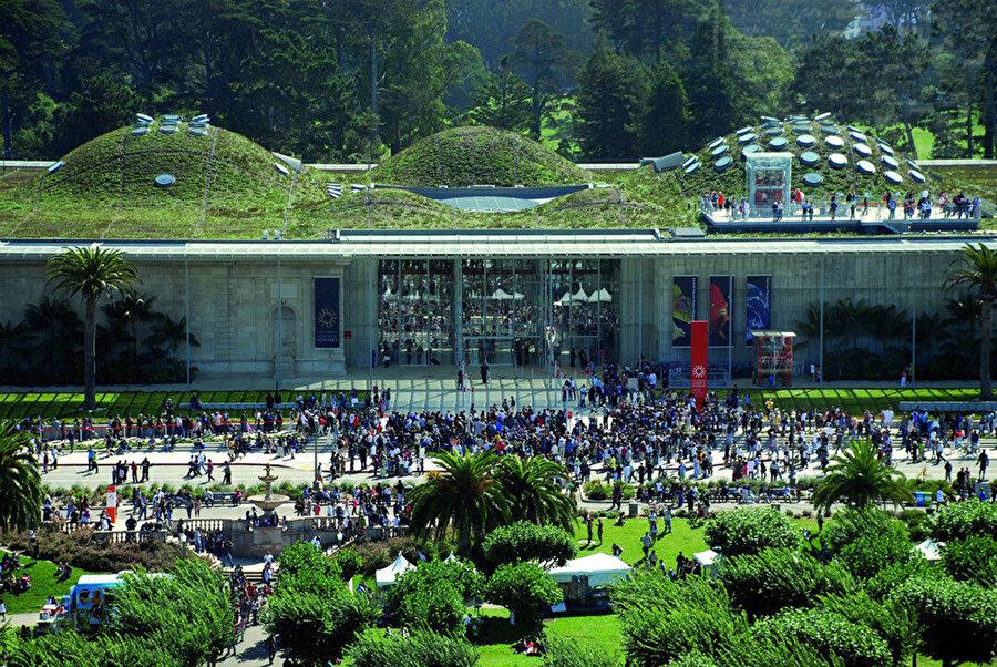 Müzenin giriş cephesinden bir görüntü.