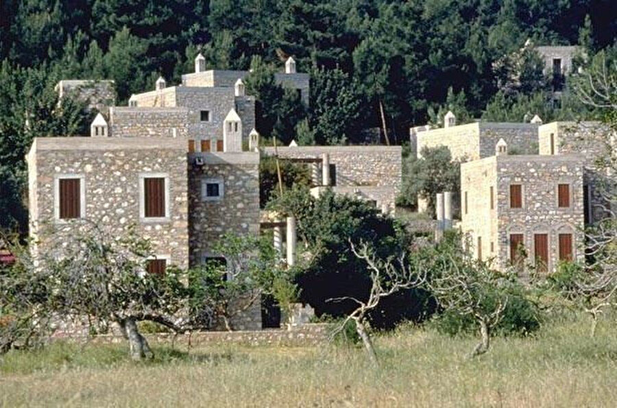 Turgut Cansever'in Emine-Mehmet Öğün ve Feyza Cansever ile beraber tasarladığı Demir Tatil Köyü Bodrum'un kuzeyinde yer alan Torba mevkiinde bulunur. Orta gelirli Türk ailesine hitap etmesi hedeflenen bu konutlar Bodrum Torba'daki Mandalya koyu üzerinde 50 hektarlık bir arazinin 2.7 hektarlık bir kısmı üzerine inşa edilmiştir. Demir Tatil Köyü.