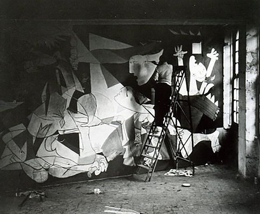 Picasso tabloyu yaparken.
