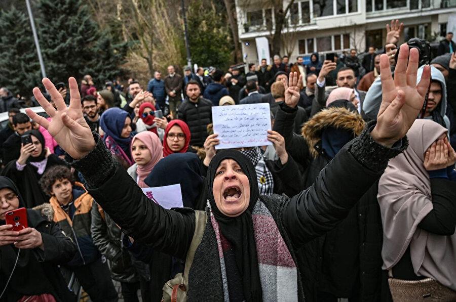 9 muhalifin idam edilmesinin ardından İstanbul'un Mısır Konsolosluğunu önünde Mısır'daki idam cezalarına karşı protesto gösterisi düzenleyen eylemciler.