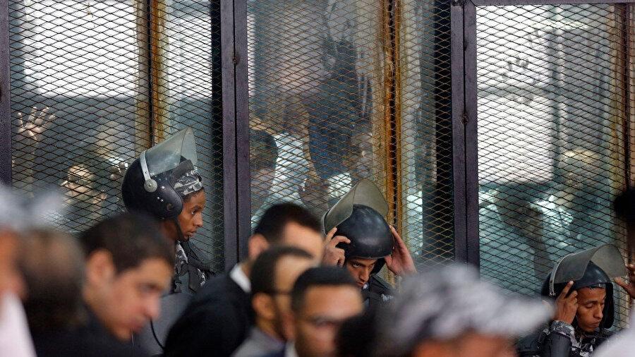 Haklarında idam kararı verilmiş 35 siyasi sanık hala hapishanelerde gün sayıyor.