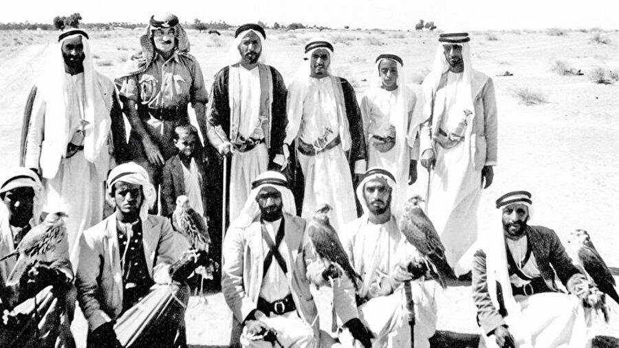 Şeyh Zayed Trucial Oman Scouts komutanı albay Stewart Carter ile 1960 yılında