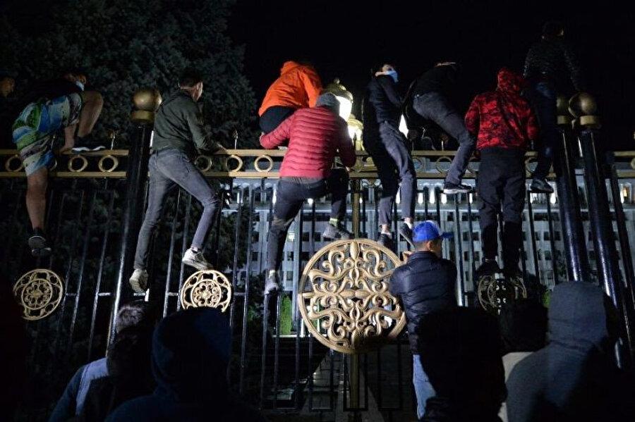 Hükümet binasını işgal etme girişiminde bulunan göstericiler.