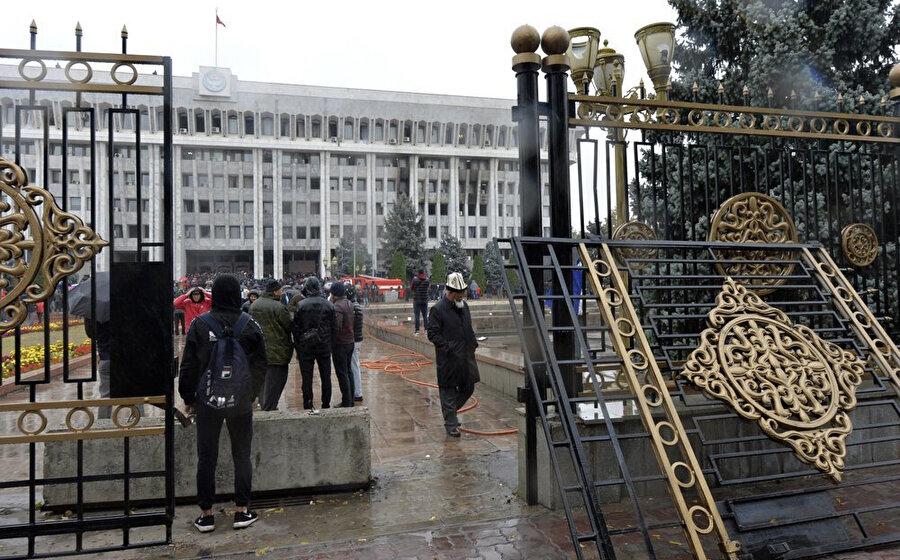 Kırgızistan'da 4 Ekim Pazar Günü yapılan milletvekili seçim sonuçlarını protesto eden göstericiler Cumhurbaşkanlığı Sarayı ve içinde yer alan parlamentoyu işgal etti.