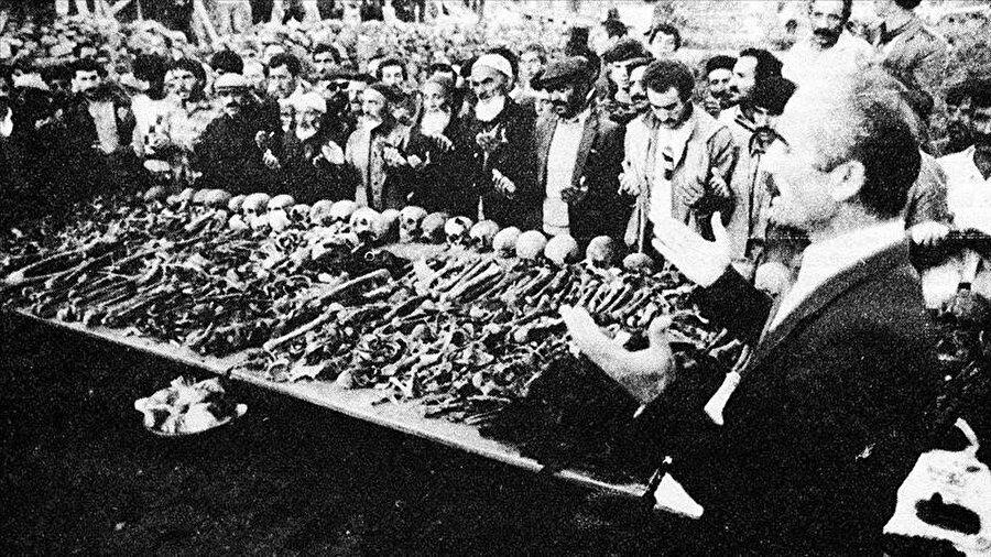 Ermenilerin Birinci Dünya Savaşı sırasında silahsız sivillere yönelik katliamları, toplu mezar kazılarıyla gözler önüne serildi. Kazılarda elde edilen bulgular, Ermeni çetelerin Müslüman ahaliyi insanlık dışı işkencelerle katlettiğini kanıtlıyor. Fotoğrafta Erzurum'un Yeşilyayla Köyü'nde Mart 1918 tarihinde yaptığı katliama ait toplu mezar başında dua eden vatandaşlar görülüyor.