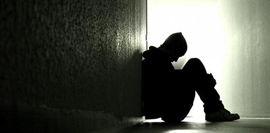 İnsan kendi derinliklerinde veya içinde yaşadığı toplumda yaşamayı sürdürecek belli-başlı kıymetler bulamadığında yahut bir vakitler bulduğu kıymetler gözünde değersizleştiğinde intihara yenik düşer.