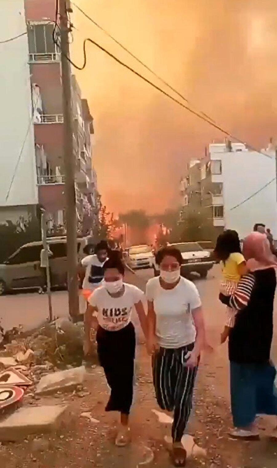 Yangın yerleşim yerlerini de sardı
