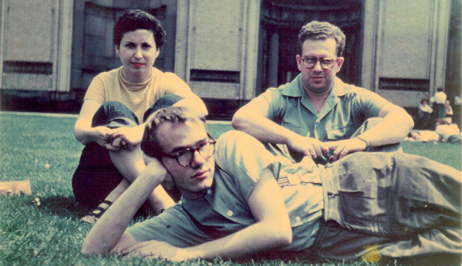 Andy Warhol, Dorothy Cantor ve Philip Pearlstein; Carnegie Institute of Technology kampüsünde, 1948. Photo by Leonard Kessler.