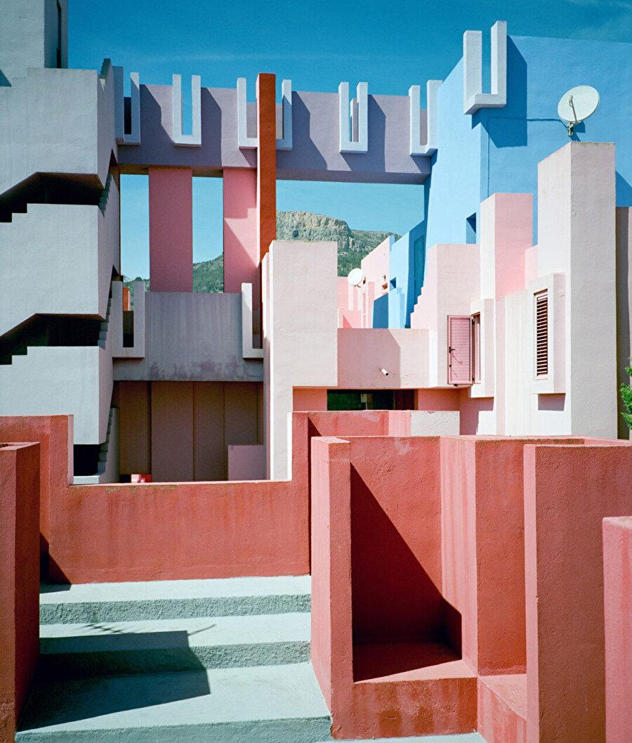 Farklı renkler, labirent benzeri yapıda yer bulucu işlevi görüyor ve yapısal işlevleri tanımlıyor.