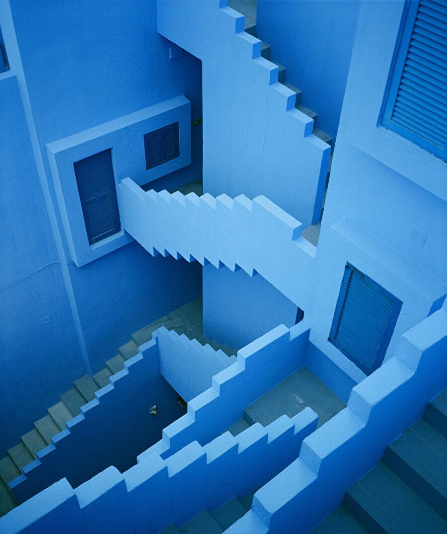 Yapının belirli kısımları gök mavisi, çivit mavi ve menekşe mavisi gibi farklı tonlarda maviye boyanmış.