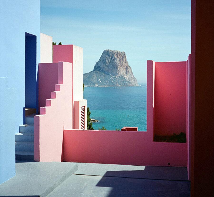 Yapı bulunduğu Alicante'ye bağlı Calp, dağlık bir Akdeniz yerleşkesi.