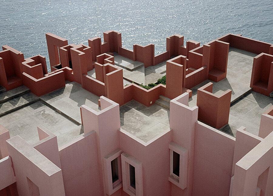 Parçalı bir bütün olan yapının çatı terasları birbirinden farklı kotlarda.