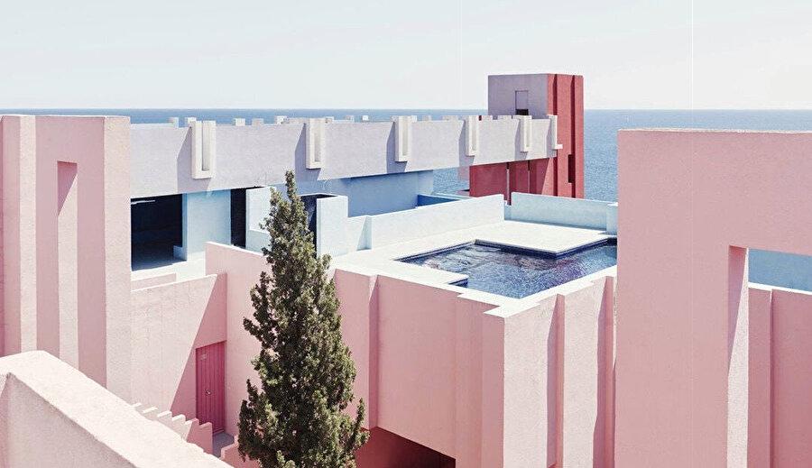 Kamusal ve özel alan arasındaki ayrımı bozmayı hedefleyen yapıda ortak kullanımda çatı terasları, solaryumlar, yüzme havuzu ve saunalar bulunuyor.
