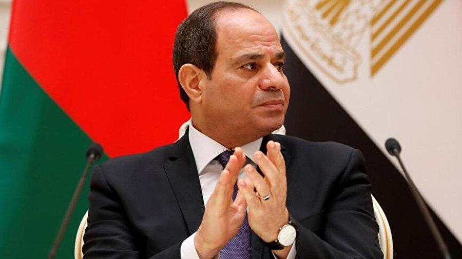 Sisi bu teoriyi öyle hoyratça kullandı ki, muhaliflere ait olduğu iddiasıyla ülkede 70'den fazla camiyi yıkmakla kalmadı, muhaliflerin evlerini bile dozerlerle yıktırdı. Direnenleri, orduyu üzerlerine salmakla, evlerini yıkmakla tehdit etti.