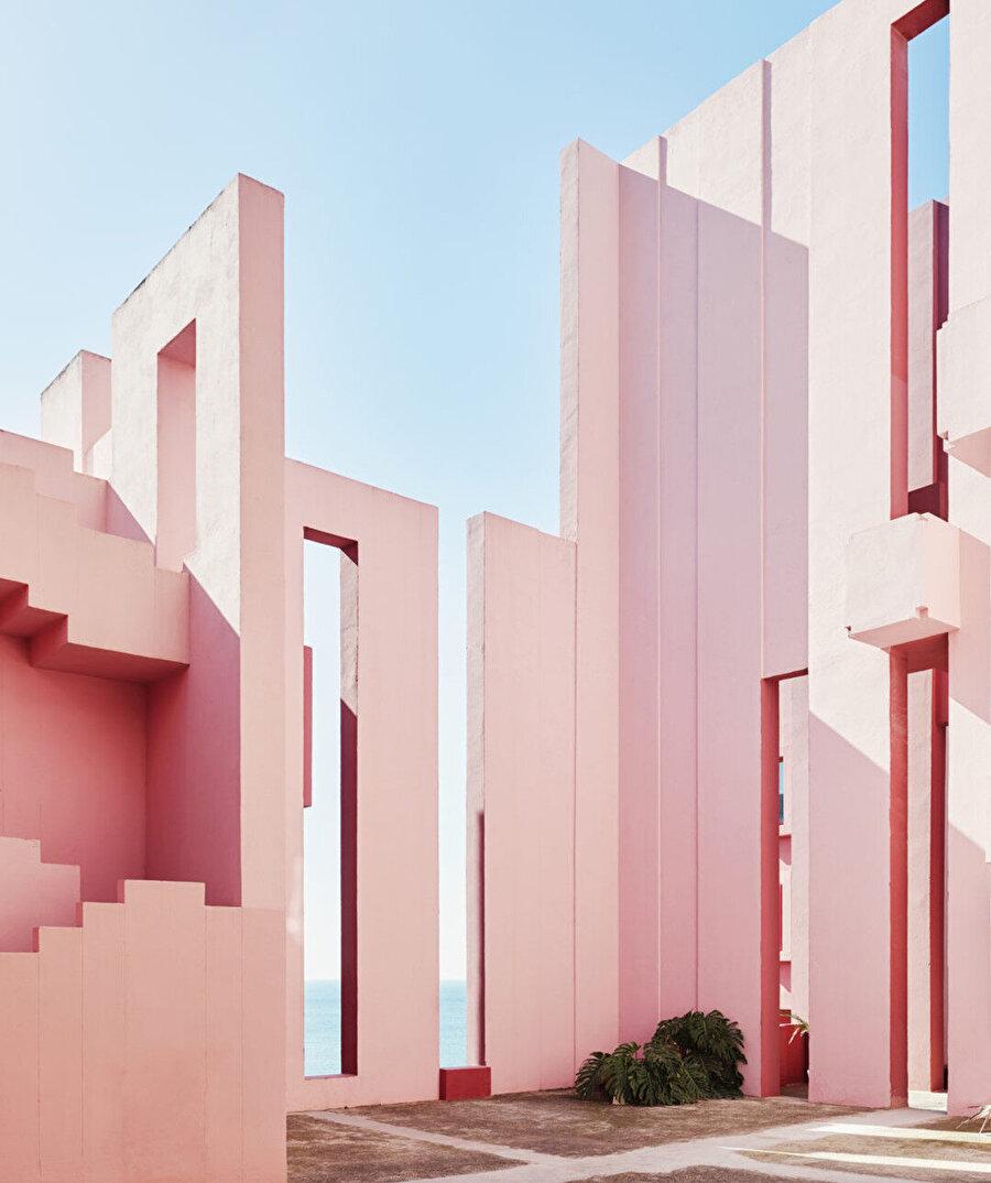 La Muralla Roja, 1973 yılında tamamlanmış olsa da Bofill, tasarım fikrinin 10 yıl öncesine dayandığını belirtmiş.