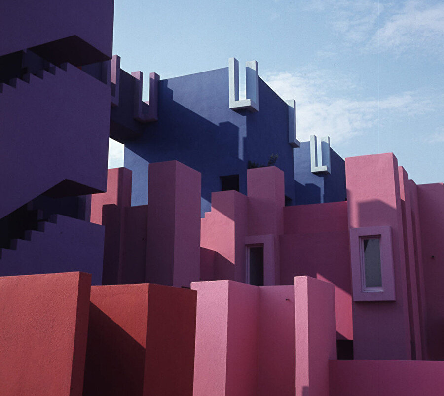 Yapı, tepesindeki kulecikler ve geometrik merdiven boşlukları ile tamamlanmış bir orta çağ kalesini andırıyor.
