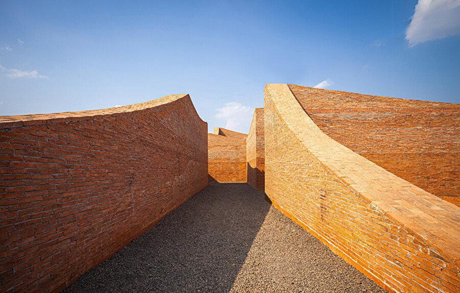Müzeyi oluşturan duvarlar yer yer zemin kotundan başlayarak yüksek kotlara çıkıyor.