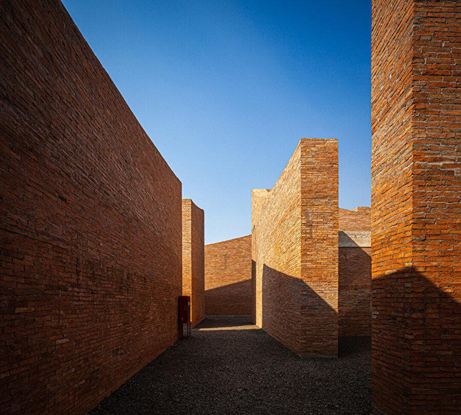 Müzenin duvarları geleneksel yöntemlerle kil tuğladan yapılmış.