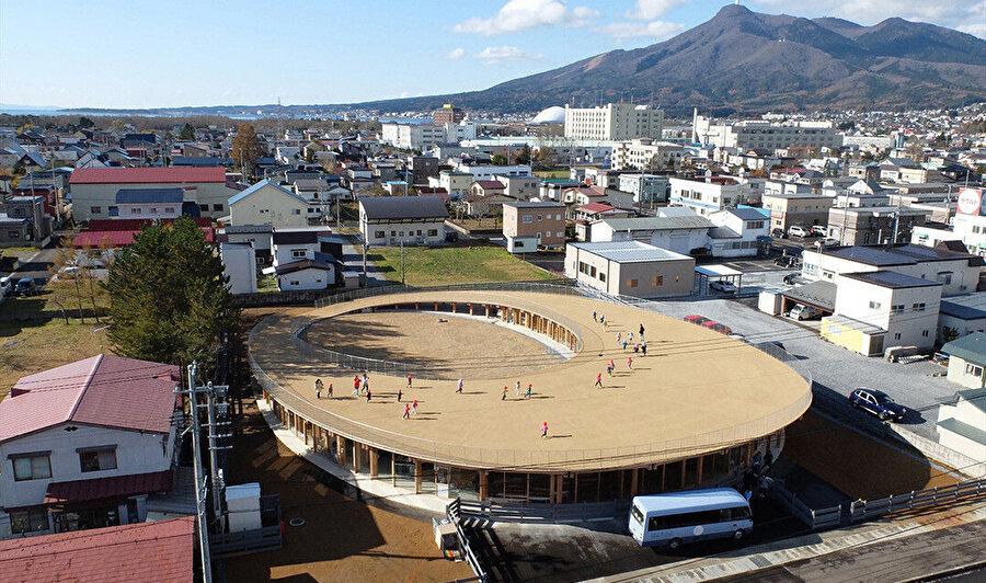 Yoshino Çocuk Yuvası ve Anaokulu, Japonya'nın Shimokita Yarımadası'ndaki küçük Mursu şehrinde yer alıyor.