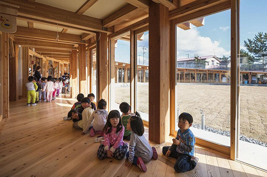 Yapının kapalı alanları altında da çocuklar için geniş bir dünya bulunuyor.