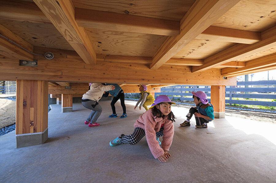 Çatının farklı yükseklikleri altında kalan alanları çocuklar farklı işlevlerde kullanıyor.